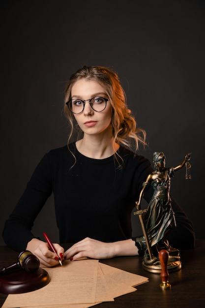 Prawnik Kobieta Z Jaskrawoczerwonymi Paznokciami Pracuje Na Białym Tle Nad Czarnym Backgrownd Premium Zdjęcia