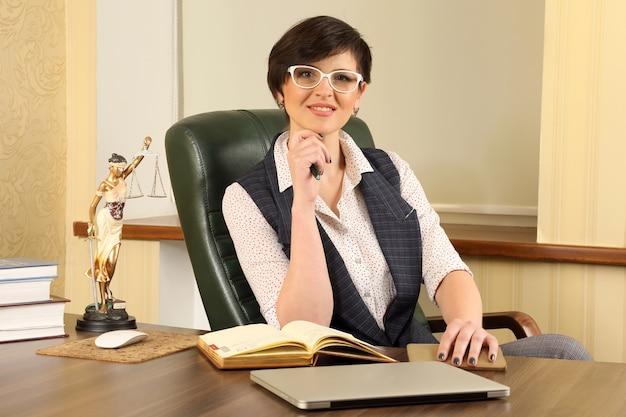 Prawnik Sukcesu Kobieta W Pracy W Biurze Premium Zdjęcia