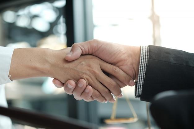 Prawnik uścisk dłoni z klientem. spotkanie biznesowe spotkanie udanej koncepcji. Premium Zdjęcia