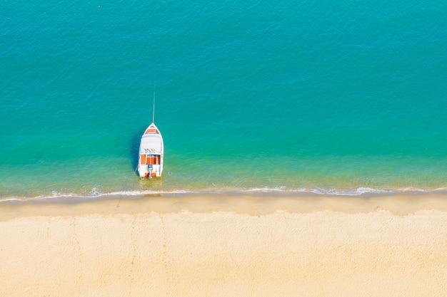 Prędkość łodzi Na Pięknym Tropikalnym Morzu Oceanu Prawie Plaża Darmowe Zdjęcia