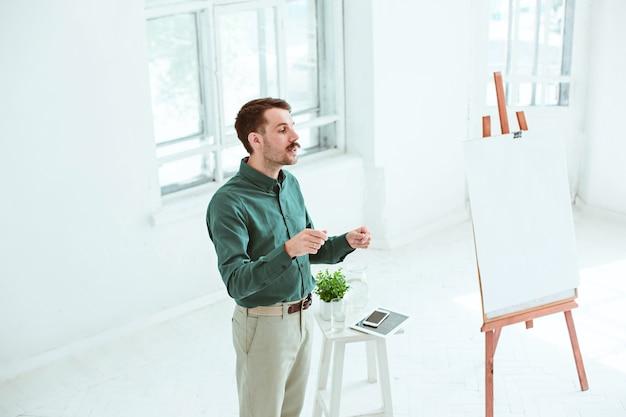 Prelegent Na Spotkaniu Biznesowym W Sali Konferencyjnej. Koncepcja Biznesu I Przedsiębiorczości. Darmowe Zdjęcia