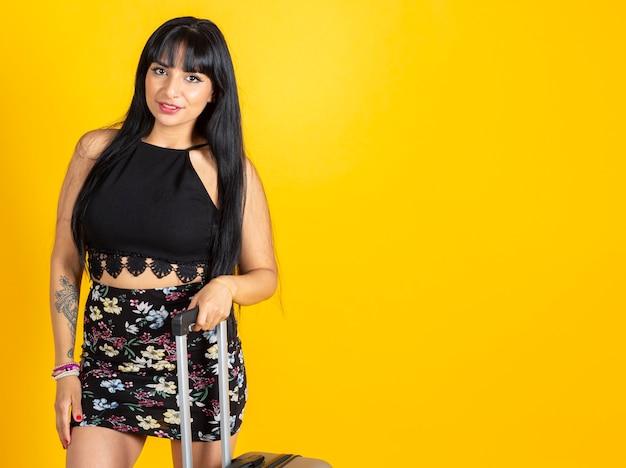 Pretty Latynoska Kobieta Z Walizką Na żółtym Tle Premium Zdjęcia
