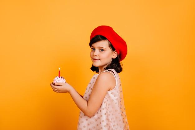 Pretty Preteen Dziewczyna Trzyma Tort Ze świecą. Stylowe Dziecko Obchodzi Urodziny. Darmowe Zdjęcia