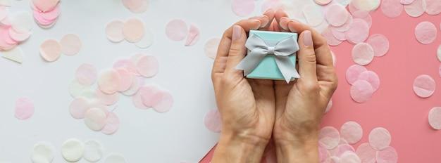 Prezent Lub Pudełko W Rękach Premium Zdjęcia