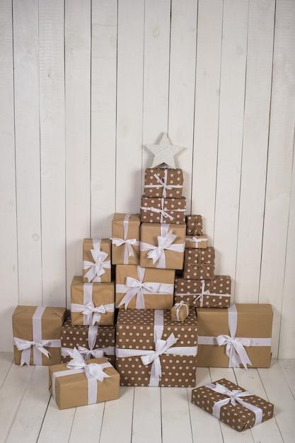 Prezent Na Boże Narodzenie Na Białej Powierzchni Premium Zdjęcia