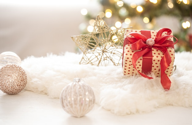 Prezent Na Boże Narodzenie Z Dekoracjami Na Drzewie Na Przestrzeni Kopii światła Niewyraźne Tło Bokeh. Darmowe Zdjęcia