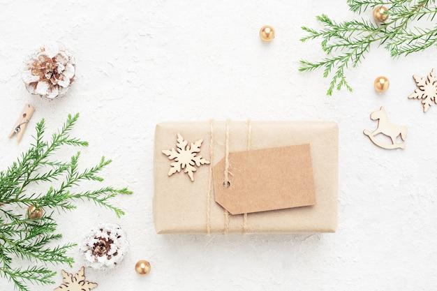 Prezent Na Boże Narodzenie Z Pustym Tagiem, Dekoracje Noworoczne Na Białym Tle. Premium Zdjęcia