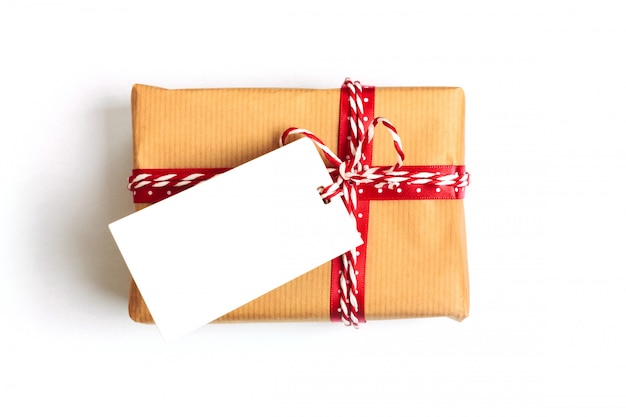 Prezent Na Boże Narodzenie, Zawinięty W Brązowy Papier Rzemieślniczy I Zawiązany Uprzężą. Premium Zdjęcia