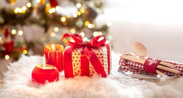 Prezent Na Boże Narodzenie, Zestaw Sztućców I Talerz Ze świecami Na Tle Niewyraźne Bokeh Z Bliska. Darmowe Zdjęcia