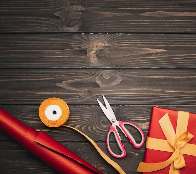 Prezent świąteczny Ze Złotą Wstążką I Nożyczkami Darmowe Zdjęcia