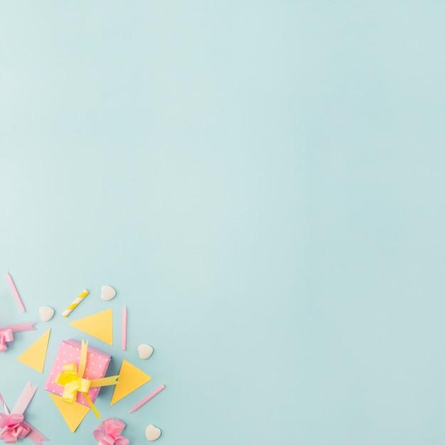 Prezent urodzinowy z elementami dekoracyjnymi Darmowe Zdjęcia