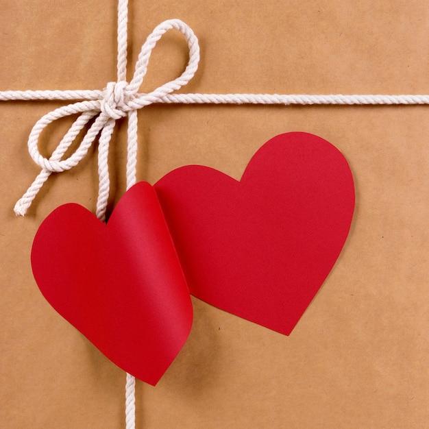 Prezent Walentynkowy Z Metką Upominkową W Kształcie Czerwonego Serca, Pakiet Brązowego Papieru Darmowe Zdjęcia