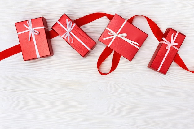 Prezentuje pudełka barwiący na białym drewnianym tle. skopiuj miejsce. Premium Zdjęcia