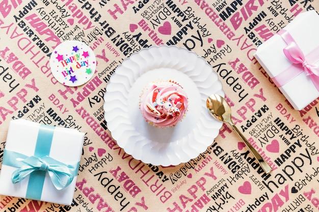 Prezenty i ciastko na papierze do pakowania Darmowe Zdjęcia