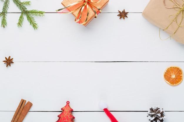 Prezenty I Ozdoby świąteczne Na Białym Drewnianym. Premium Zdjęcia