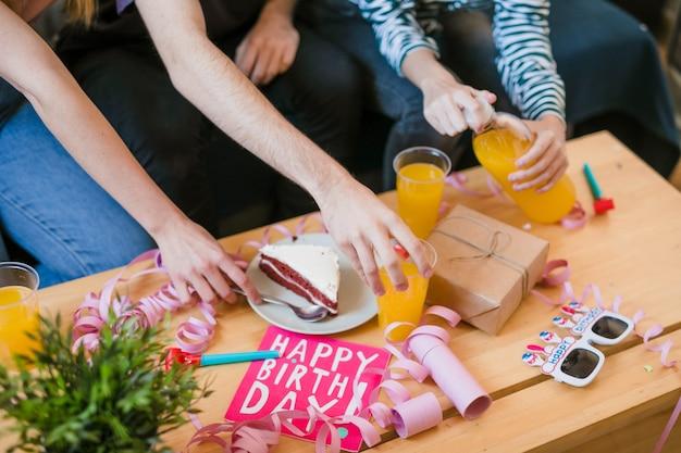 Prezenty pod dużym kątem na stole urodzinowym Darmowe Zdjęcia