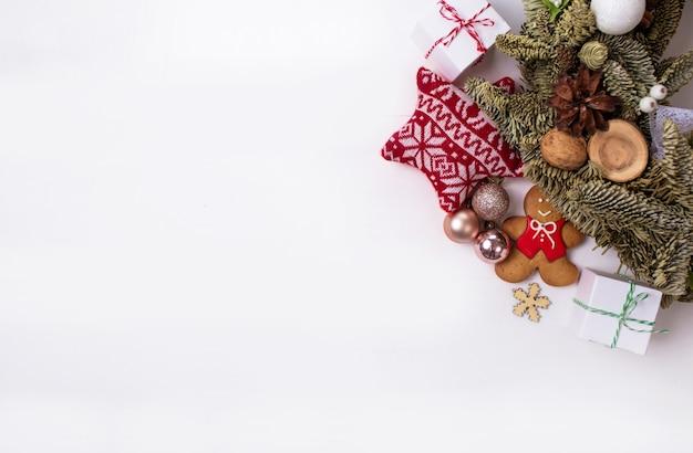 Prezenty świąteczne I Piękne Rzeczy Są Ułożone W Okrąg Na Białym Tle. Premium Zdjęcia