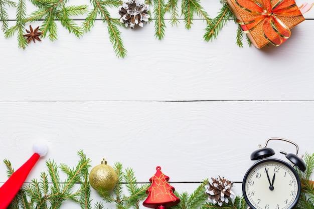 Prezenty świąteczne, Zabawki, Vintage Zegar I Czapka Mikołaja Na Drewnianym Białym Premium Zdjęcia
