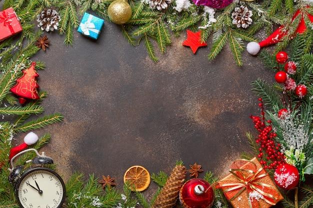 Prezenty świąteczne, Zabawki, Zabytkowy Zegar I Czapka Mikołaja Na Kamieniu Premium Zdjęcia