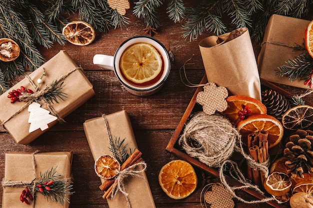 Prezenty świąteczne Zapakowane W Papier Pakowy I Ozdobione Materiałami Przyjaznymi Dla środowiska Premium Zdjęcia