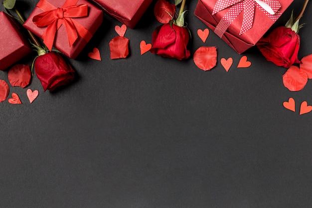 Prezenty Walentynkowe Z Różami I Płatkami Premium Zdjęcia