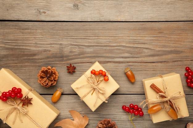 Prezenty Z Jesienną Kaliną, Szyszkami I żołędziami Na Szaro Premium Zdjęcia