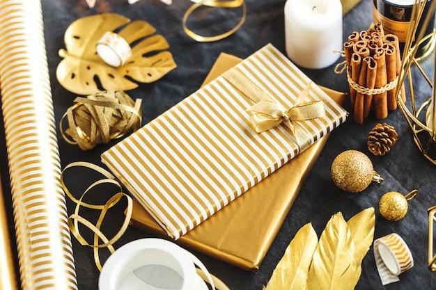 Prezenty zapakowane w złoty papier na stole Darmowe Zdjęcia