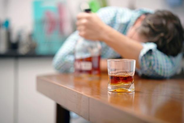 Problem Picia W Rodzinie. Pojęcie Pijaństwa I Alkoholizmu. Ojciec Alkoholika Premium Zdjęcia