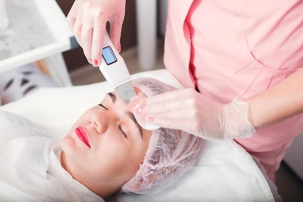 Procedura Ultradźwiękowego Oczyszczania Twarzy. Premium Zdjęcia