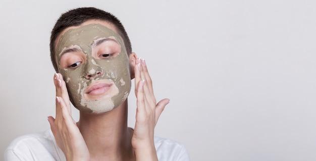 Proces nakładania zabiegu na błoto twarzy Darmowe Zdjęcia