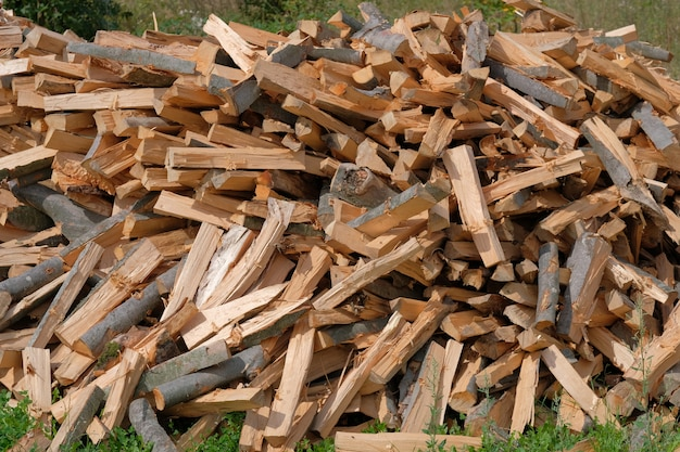 Proces rąbania drewna. jak siekać lub rąbać drewno, paliwo stałe. Premium Zdjęcia