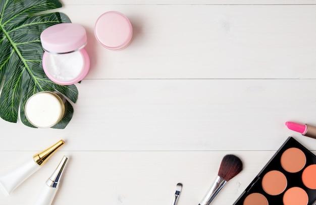 Produkt Kosmetyczny I Do Pielęgnacji Skóry I Zielonych Liści Na Białym Stole Drewna Premium Zdjęcia