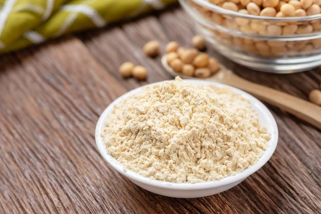 Produkt Z Mąki Sojowej W Misce Z Soją, Mąka Kinako. Premium Zdjęcia