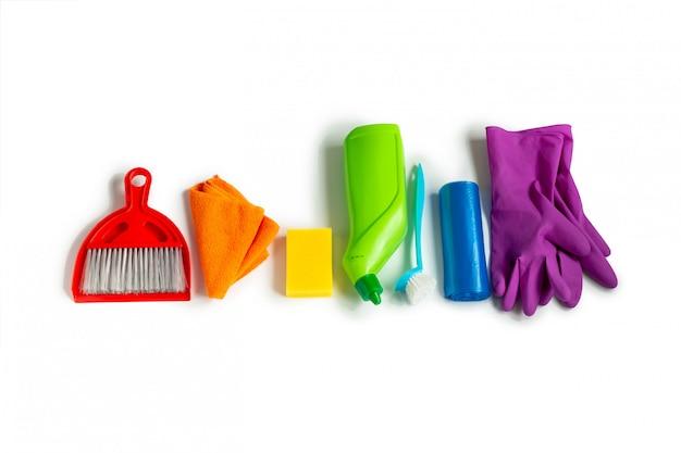 Produkty Czyszczące Zestaw Kolorów Tęczy Na Białym Powierzchni. Koncepcja Czyszczenia Wiosennego. Premium Zdjęcia