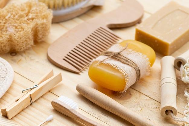 Produkty do pielęgnacji pod dużym kątem na drewnianym stole Darmowe Zdjęcia