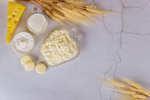 Produkty Mleczne Na Białej Powierzchni Z Pszenicy Premium Zdjęcia