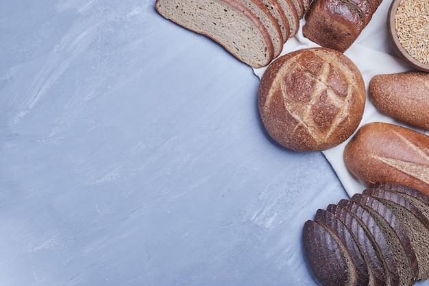 Produkty Piekarnicze Na Niebieskim Stole Na Ręcznik Kuchenny. Darmowe Zdjęcia