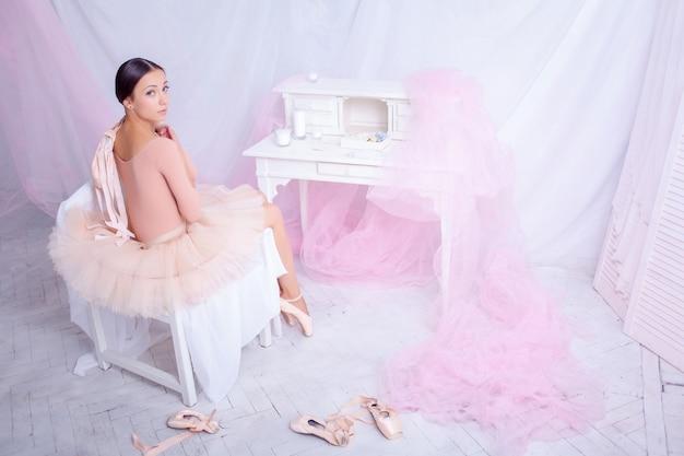 Profesjonalna Baletnica Odpoczywa Po Spektaklu. Darmowe Zdjęcia