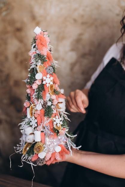 Profesjonalna Kwiaciarnia Robi Bukiet Kwiatów Oraz Ozdoby świąteczne I Noworoczne Premium Zdjęcia