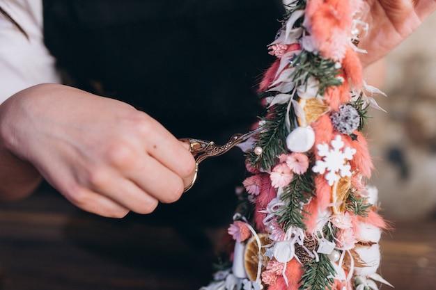 Profesjonalna Kwiaciarnia Sprawia, że Bukiet Kwiatów Oraz Dekoracje Noworoczne I świąteczne Premium Zdjęcia