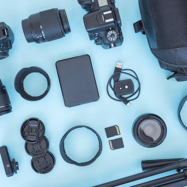 Profesjonalne akcesoria fotograf i urządzenia rozmieszczone na niebieskim tle Darmowe Zdjęcia