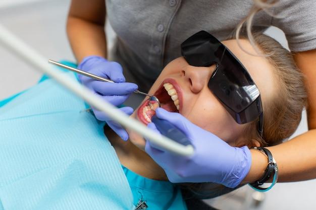 Profesjonalne Czyszczenie Zębów W Klinice Dentystycznej. Premium Zdjęcia