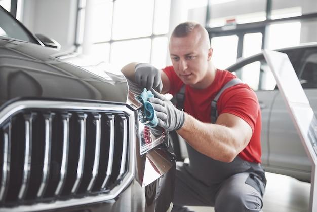 Profesjonalne Sprzątanie I Mycie Auta W Salonie Samochodowym. Darmowe Zdjęcia