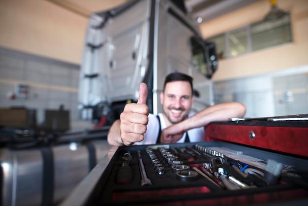 Profesjonalni Mechanicy Przy Wózku Narzędziowym Pokazujący Kciuki Do Góry Darmowe Zdjęcia