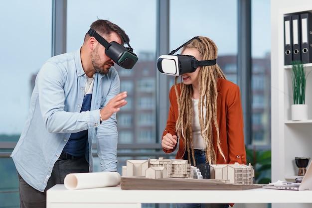 Profesjonalny Architekt Pracujący Przy Biurku W Goglach Vr Ogląda Interfejs Rzeczywistości Wirtualnej Premium Zdjęcia