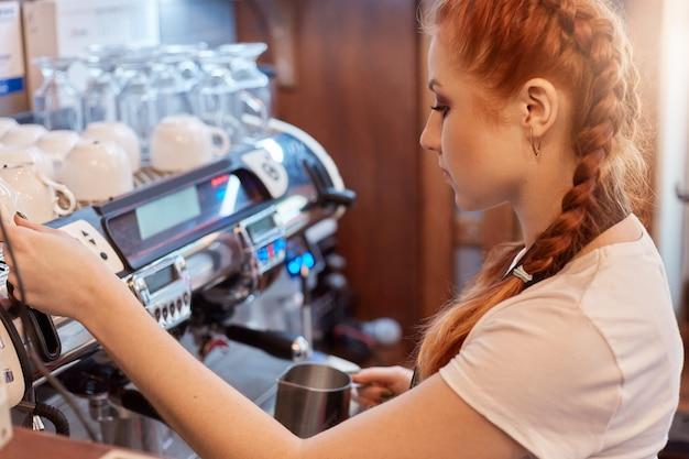 Profesjonalny Barista Przygotowujący Kawę Premium Zdjęcia
