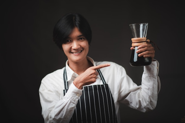 Profesjonalny Barista Uśmiechnięty, Portret Młodej Kobiety Ekspres Do Kawy W Kawiarni Premium Zdjęcia