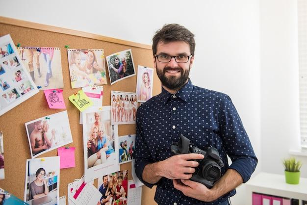 Profesjonalny Fotograf Pracujący W Biurze Darmowe Zdjęcia