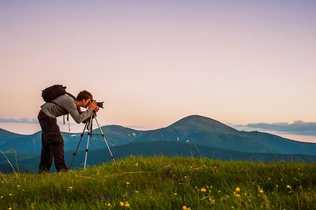 Profesjonalny Fotograf Przez Góry. Premium Zdjęcia