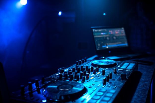 Profesjonalny kontroler muzyczny dj na stoisku w klubie nocnym Premium Zdjęcia